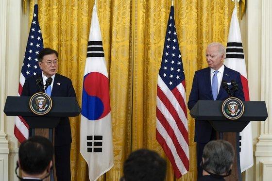 문재인 대통령이 지난 5월 21일 백악관에서 열린 한미 정상회담 후 조 바이든 미국 대통령과 나란히 서서 공동 기자회견을 하고 있다. [AP=연합뉴스]