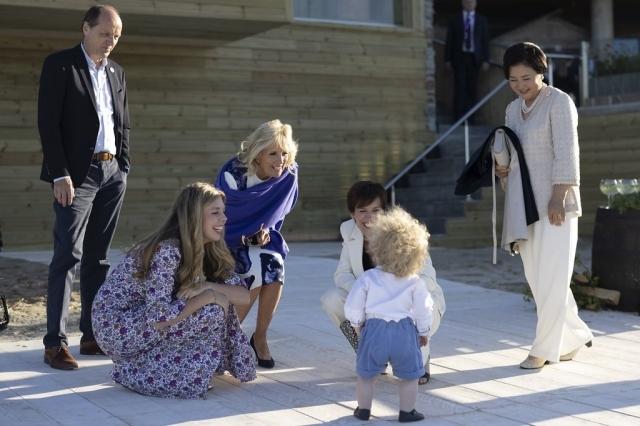 김정숙 여사가 12일 오전(현지시각) 영국 콘월 미낙극장(Minack Theatre)에서 열린 G7 정상회의 배우자 프로그램에서 참가국 정상 배우자들과 영국 보리스 존슨 총리의 아들을 만나고 있다.  연합뉴스