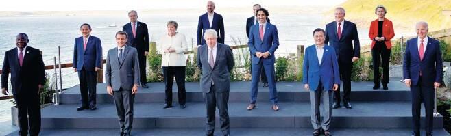 지난 12일 영국 콘월에서 촬영한 G7 정상회의 단체 사진