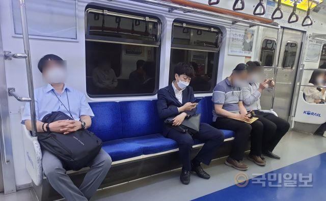이준석 국민의힘 당 대표가 16일 지하철 4호선을 타고 출근을 하고 있다. 강보현 기자