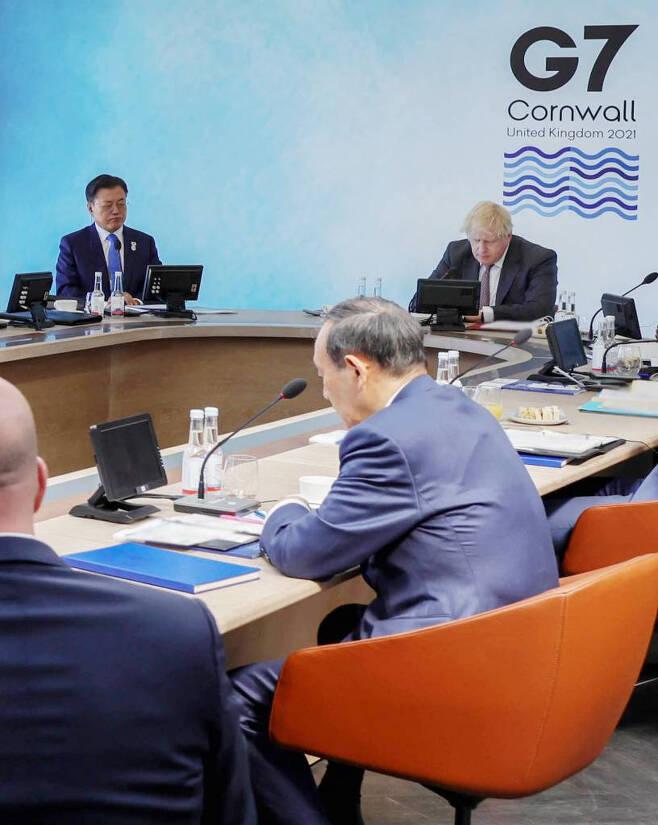 문재인 대통령이 12일(현지시간) 영국 콘월 카비스베이에서 열린 G7 확대회의 1세션에 참석해 있다. 왼쪽위부터 시계방향으로 문 대통령, 영국 보리스 존슨 총리, 일본 스가 요시히데 총리.  2021.06.13. (영국 총리실 제공) /사진=뉴시스