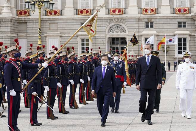 스페인 공식 환영식 참석한 문 대통령 - 스페인을 국빈 방문 중인 문재인 대통령이 15일(현지시간) 스페인 마드리드왕궁에서 열린 공식 환영식에 참석해 펠리페 6세 스페인 국왕과 함께 의장대 사열을 하고 있다. 2021.6.16 연합뉴스