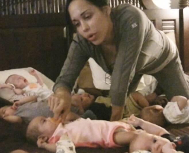 여덟 쌍둥이를 출산해 화제를 모았던 여성이 최근 아이들이 건강하게 자란 근황을 공개했다. 데일리 메일 캡처