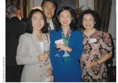 줄리 지윤 정(오른쪽 두 번째)이 지난 1996년 가족들과 함께 찍은 사진. /미국외교관협회 외교저널 2009년 9월호
