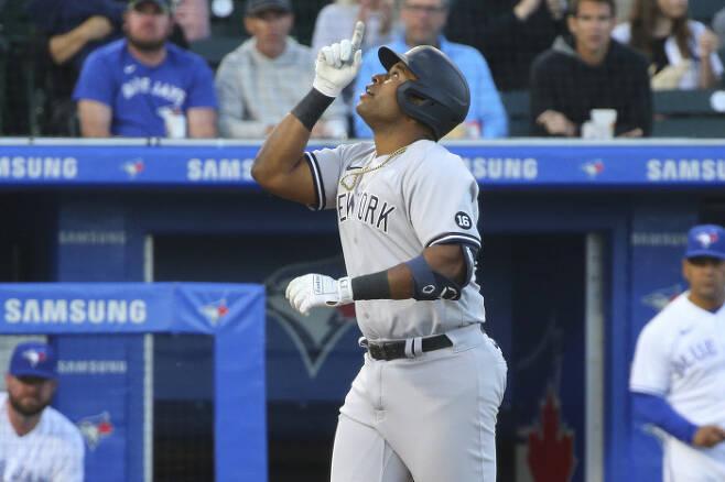뉴욕 양키스 1루수 크리스 기튼스가 16일 류현진을 상대로 홈런을 때린 뒤 세리머니를 하고 있다. 기튼스의 데뷔 첫 안타이자 홈런이었다.| AP연합뉴스