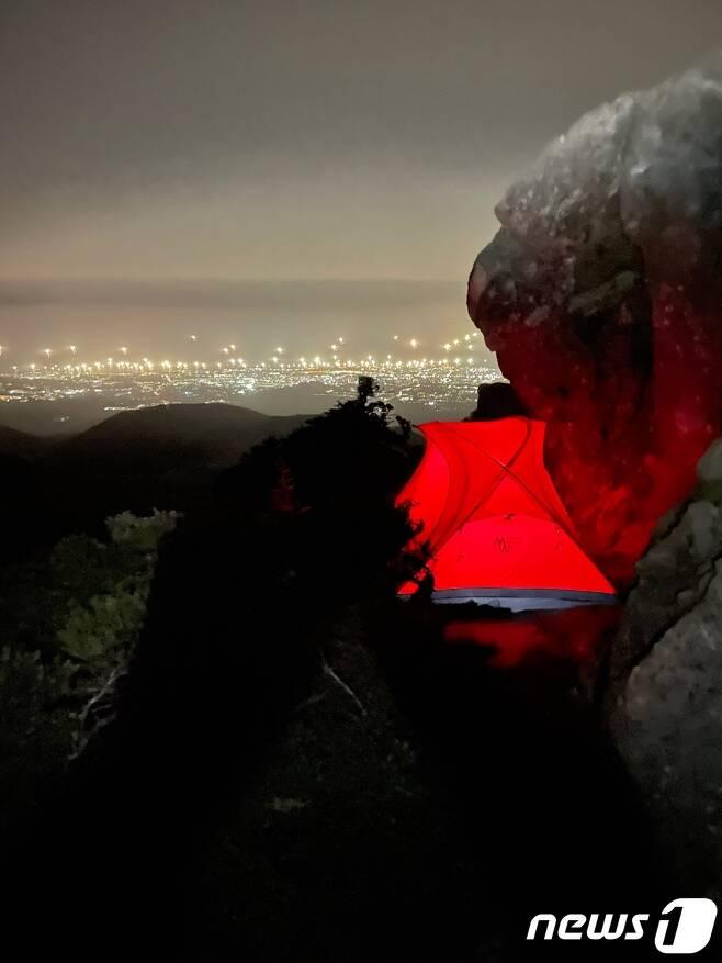 지난달 30일 한라산국립공원관리소가 실시한 특별단속에서 한라산 해발 1900m 고지에 텐트를 설치, 야영중이던 관광객 2명이 적발됐다.(한라산국립공원관리소 제공) © 뉴스1