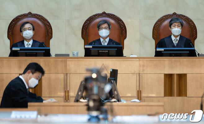 김명수 대법원장 등 대법관들이 17일 오후 서울 서초구 대법원에서 열린 전원합의체 선고에 참석해 있다 2021.6.17/뉴스1 © News1 이재명 기자