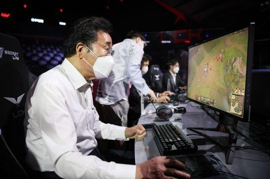 지난 14일 이낙연 전 더불어민주당 대표가 게임을 하는 모습. 사진=이낙연 캠프