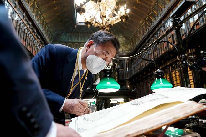 스페인을 국빈 방문 중인 문재인 대통령이 16일(현지 시각) 스페인 마드리드 상원의사당에서 상·하원 합동 연설을 마친 후 상원 도서관을 방문. '조선왕국전도'를 살펴보고 있다. /뉴시스