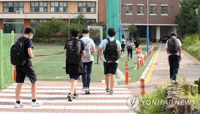지난 14일 서울 동대문구 장평중학교에서 학생들이 등교하고 있다. /연합뉴스