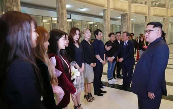 북한 김정은 국무위원장이 2018년 4월 1일 평양의 동평양대극장에서 열린 남측 예술단 공연을 관람한 뒤 '레드벨벳'을 만나 이야기를 나누고 있다. [연합뉴스]