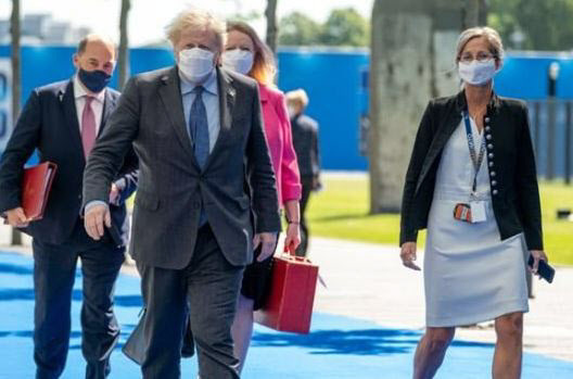 G7 정상회의 당시 한국 기업이 생산한 마스크를 착용한 보리스 존슨(왼쪽 두번째)영국 총리. (사진=톱텍 제공)