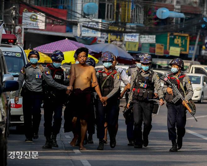 미얀마 양곤에서 한 시민이 군경에 구타당한 뒤 체포돼 끌려가고 있다.  / 다큐앤드뉴스 제공