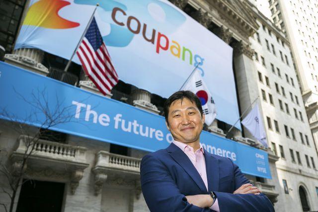 김범석 쿠팡 창업자가 지난 3월 미국 뉴욕증권거래소(NYSE) 앞에서 상장을 앞두고 포즈를 취하고 있다. NYSE에 이날 상장된 쿠팡 주식은 63.5달러에 거래를 시작했다. NYSE 제공. 연합
