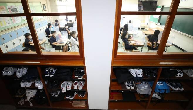 수도권 중학교의 등교수업이 확대된 14일 오전 경기도 수원시 권선구 화홍중학교에서 학생들이 수업 준비를 하고 있다. /연합뉴스