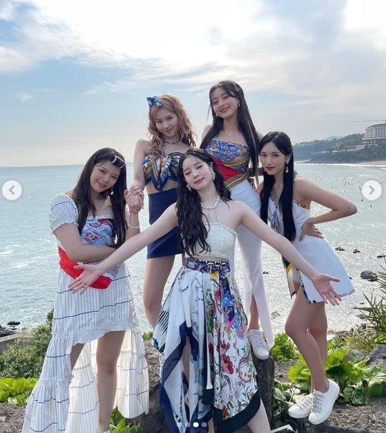 Group TWICE showed off its refreshing charm.On the 21st, TWICE official SNS posted several photos without any phrase.The photo shows the new song Alcohol Free MV shooting, Sana, Jihyo, JEONGYEON, Dahyun and Mina.The refreshing visuals and cheerful atmosphere of the five members in the background of the blue sea catch the eye.The fans who saw the photos responded that everyone is so beautiful, I worked hard and I was happy because of it.On the other hand, TWICE released its tenth mini album Taste of Love on the 11th and acted as the title song Alcohol - Free (alcohol - free).TWICE has set its own record for the album, reaching #6 on the Billboard 200, the US Billboard main album chart.The music video also proved global growth by exceeding 100 million views on YouTube at 7:30 pm the previous day.