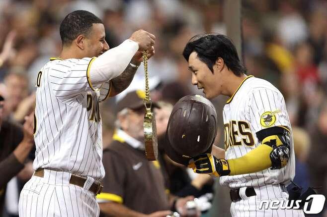 김하성(오른쪽)이 23일(한국시간) LA 다저스전에서 시즌 5호 홈런을 기록한 뒤 매니 마차도의 축하를 받고 있다. © AFP=뉴스1