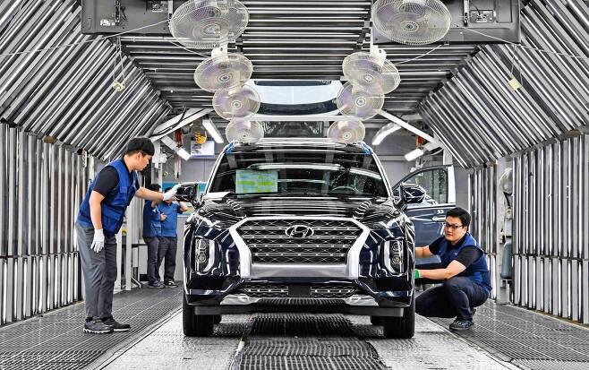 현대차 울산 4공장 직원들이 생산된 팰리세이드를 검수하고 있다./현대차 제공