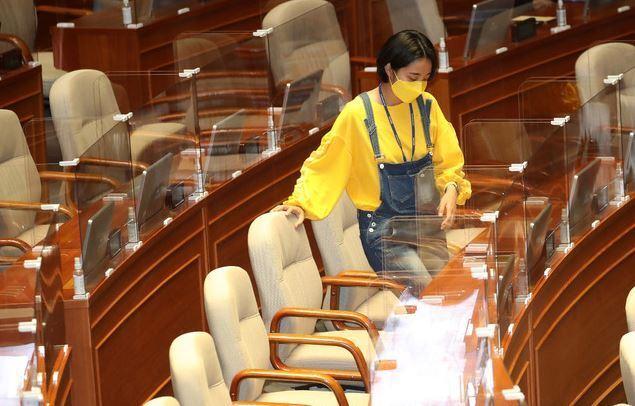 류호정 정의당 의원이 23일 오후 서울 여의도 국회 본회의장에서 열린 경제분야 대정부질문에 멜빵바지를 입고 참석하고 있다. 공동취재사진