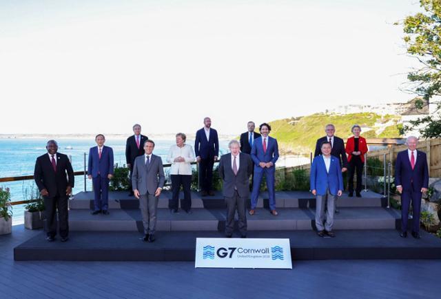 문재인(앞줄 오른쪽 두번째) 대통령이 12일 영국 콘월에서 주요 7개국 정상회의에 참석한 정상들과 기념촬영을 하고 있다. 뉴시스