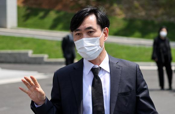- 국민의힘 하태경 의원이  6일 오전 경기 성남시 국군수도병원에 마련된 고(故) 이모 중사의 분향소에서 조문한 뒤 분향소를 나서고 있다.   2021.6.6