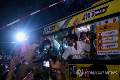 미얀마 교도소에서 풀려나는 수감자들     (양곤 AFP=연합뉴스) 지난달 30일(현지시간) 미얀마 최대 도시 양곤의 인세인 교도소에서 풀려난 수감자들이 가족, 친지들과 인사를 나누고 있다. 미얀마 정부는 이날 쿠데타에 항의하는 시위에 참여했다 체포된 인사들을 포함해 약 2천300명의 수감자를 석방하기 시작했다.     jsmoon@yna.co.kr