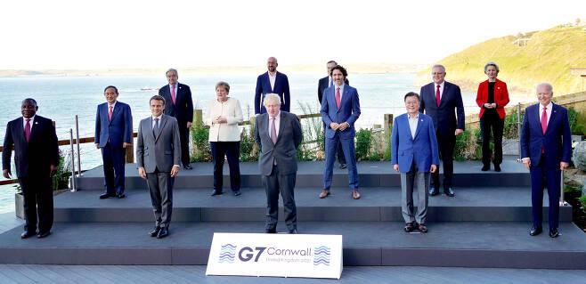 G7 정상회의 참석한 정상들이 6월 12일(현지시간) 영국 콘월에서 기념사진을 촬영하고 있다. 두 번째 줄 가장 왼쪽이 스가 요시히데 일본 총리. [영국 콘월=연합뉴스]
