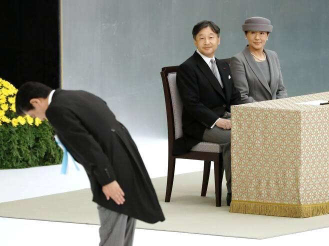 나루히토 일왕 내외가 2019년 8월 15일 열린 태평양전쟁 종전(패전) 74주년 '전국전몰자추도식'에 참석, 아베 신조 당시 총리의 추모 모습을 지켜보고 있다. [일본 교도통신]