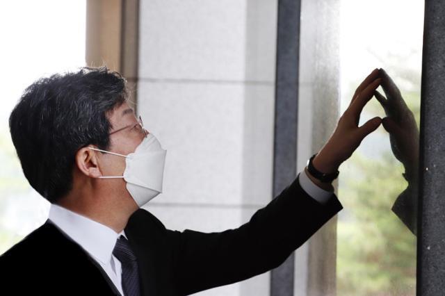 유승민 전 의원이 지난달 24일 서울 용산구 전쟁기념관을 찾아 전사자 추모비를 살펴보고 있다. 연합뉴스