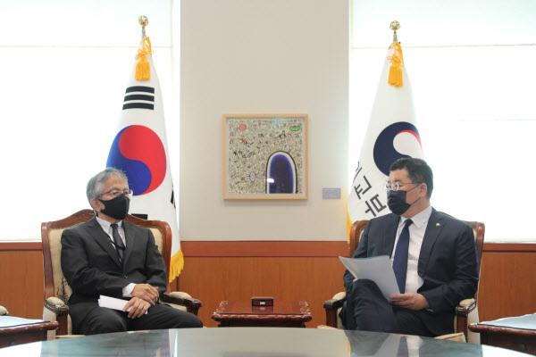 최종건 외교부 1차관(오른쪽)이 17일 오전 외교부 청사로 아이보시 고이치 주한 일본대사를 초치했다. (사진=외교부)