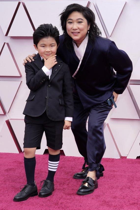 미나리 제작가 크리스티나 오와 아역 배우 앨런 김이 지난 4월 25일(현지시간) 미 캘리포니아주 로스앤젤레스에서 열린 제93회 미국 아카데미 시상식(오스카)에서 레드카펫에 올라 포토타임을 갖고 있다. 뉴시스