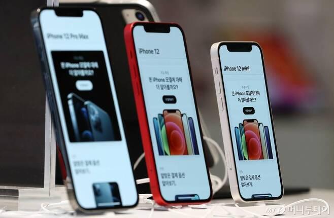 애플 신제품 아이폰 12 프로 맥스와 12 미니가 공식 출시된 20일 서울 중구 명동 프리스비 매장에 제품이 진열돼 있다. /사진=김휘선 기자 hwijpg@