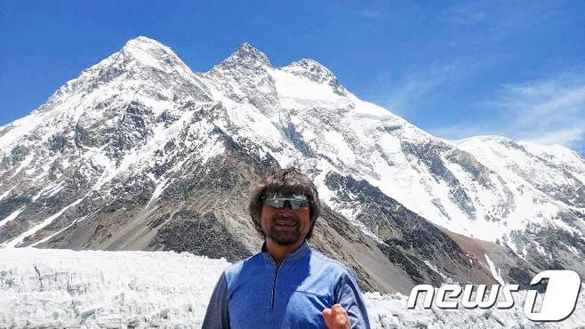 장애 산악인 김홍빈 대장이 브로드피크(8047m) 등정에 앞서 지난 12일 K2베이스캠프에 들러 등반루트를 살펴본 후 기념촬영을 하고 있다. K2(8611m)와 브로드피크의 거리는 8km 정도다. (김홍빈 대장 페이스북 캡처)2021.7.22/뉴스1 © News1 박준배 기자