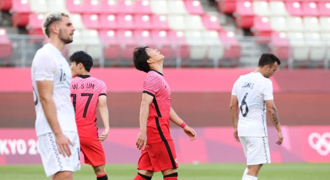 올림픽팀 권창훈이 22일 일본 이바라키 가시마 스타디움에서 열린 도쿄올림픽 남자축구 조별리그 B조 1차전 뉴질랜드와 경기에서 전반 슛이 빗나가자 아쉬워하고 있다. 가시마 | 연합뉴스