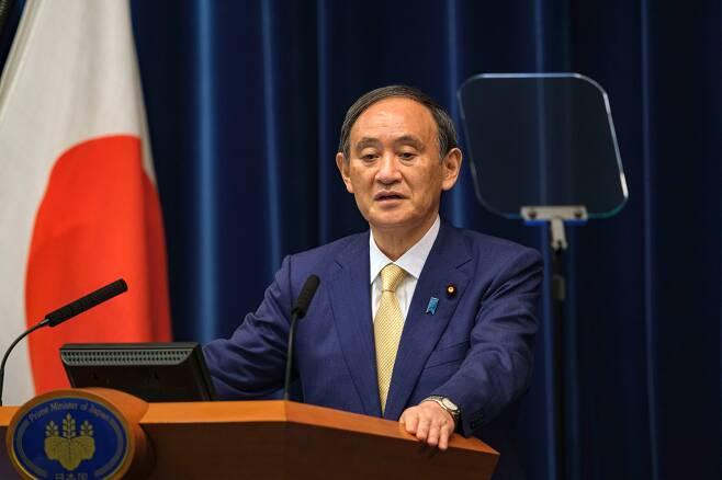 스가 요시히데 일본 총리가 2021년 7월 8일 도쿄 총리관저에서 코로나19 대응을 위해 이달 12일부터 다음 달 22일까지 도쿄에 4번째 긴급사태를 발령한다고 발표하고 있다. /연합뉴스