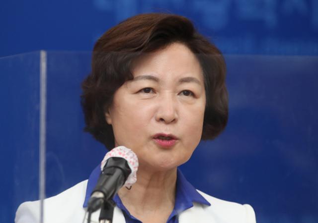 더불어민주당 대선주자인 추미애 전 법무부 장관이 22일 대전시의회에서 기자회견을 열고 대전·충남 비전 발표를 하고 있다. 대전=뉴스1