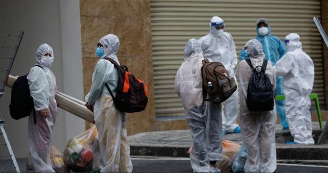 코로나19에 감염된 베트남 호찌민 시민들이 투득시 내 한 야전병원 앞에서 입소를 대기하고 있다. VN익스프레스 캡처