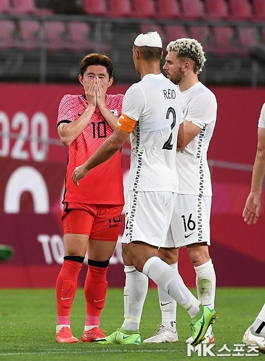 올림픽 축구대표팀 이동경(왼쪽)이 22일 일본 가시마 스타디움에서 열린 2020 도쿄올림픽 본선 조별리그 B조 1차전 뉴질랜드전 0-1 패배 직후 아쉬워하고 있다. 사진(일본 가시마)=천정환 기자