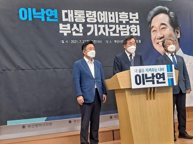 더불어민주당 이낙연 예비후보는 22일 오전 부산시의회에서 기자간담회를 가지고 부산에 대한 이야기를 나눴다./사진=박비주안 기자