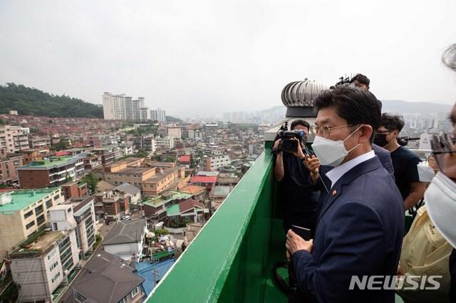 [서울=뉴시스]조수정 기자 = 노형욱 국토교통부 장관이 30일 서울 은평구 증산4구역을 방문해 LH 관계자와 함께 도심 공공주택복합사업 후보지를 둘러보고 있다. (공동취재사진)  2021.06.30. photo@newsis.com