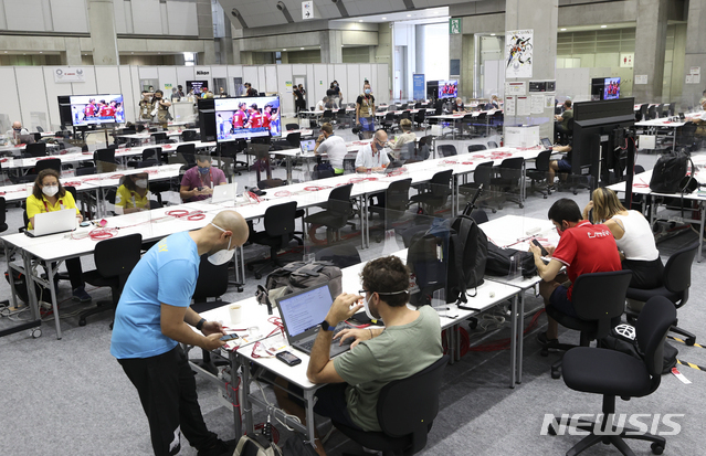 [도쿄(일본)=뉴시스] 최진석 기자 = 2020 도쿄올림픽 개막을 하루 앞둔 22일 일본 도쿄 올림픽 메인프레스센터(MPC)에서 외신기자들이 업무를 보고 있다. 2021.07.22. myjs@newsis.com
