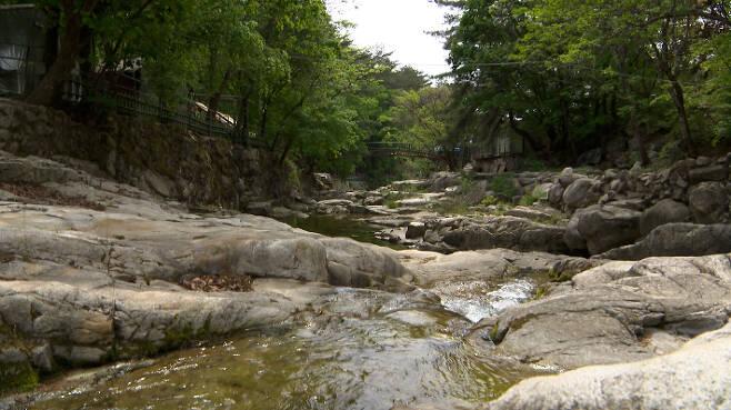 깨끗하게 정비된 경기도 포천시 백운계곡. 경기도청 제공