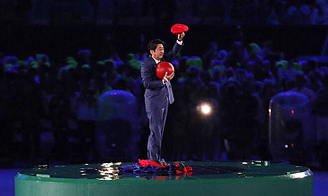 2016년 8월22일(한국시각) 브라질 리우 마라카낭 주경기장에서 열린 2016 리우데자이네루 올림픽 폐막식에서 다음 개최지인 일본의 아베 신조 당시 총리가 게임 슈퍼마리오 모자를 쓰고 나타나 인사하고 있다. 리우데자네이루(브라질)=AP/뉴시스