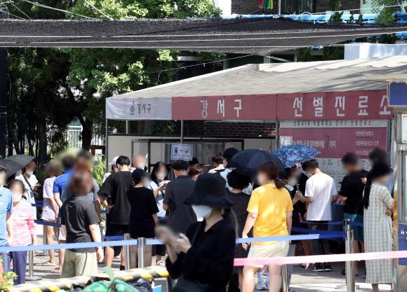 이른 시간부터 붐비는 선별진료소 - 국내 신종 코로나바이러스 감염증(코로나19) '4차 대유행'이 갈수록 기승을 부리며 신규 확진자 수가 1천800명 선을 넘으면서 또다시 최다 기록을 경신한 22일 오전 서울 강서구 보건소 선별진료소가 검사를 받으려는 시민들로 붐비고 있다. 2021.7.22 연합뉴스