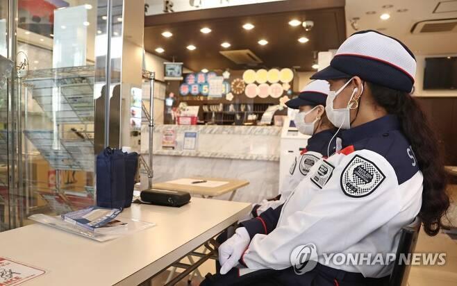 올림픽 관계자 숙소 방역 관리는 도쿄올림픽 취재진 등 관계자들이 머무는 숙소 입구에 보안요원들이 출입 관리를 위해 앉아 있다. [연합뉴스 자료사진]