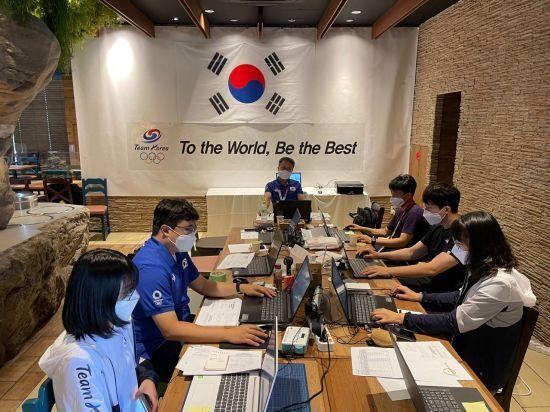 지난 20일 대한체육회 선수촌 운영부장을 비롯한 체육회 직원들이 도쿄올림픽에 출전한 한국 선수단을 지원하는 현지 급식지원센터에서 상황을 점검하고 있다. [이미지출처=연합뉴스]