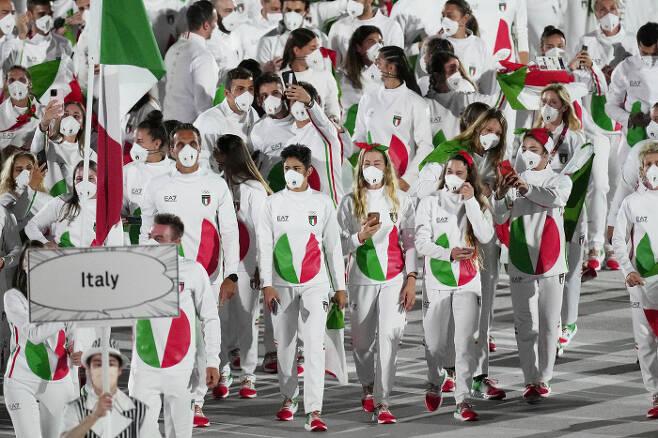 이탈리아 선수단의 단복이 야후스포츠로부터 '최악의 유니폼'으로 꼽혔다. | AP연합뉴스