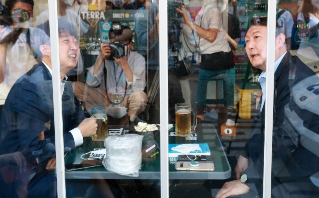 이준석 국민의힘 대표와 윤석열 전 검찰총장이 25일 오후 서울 광진구의 한 음식점에서 '치맥회동'을 하고 있다. 최종학 선임기자
