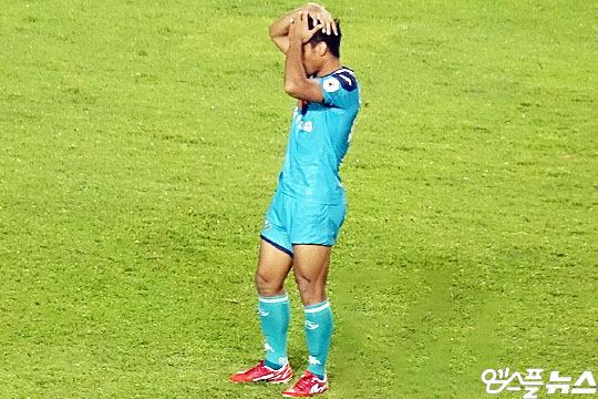 7월 24일 페널티킥을 실축한 안산 그리너스 FC 아스나위. 그는 K리그 데뷔골 기회를 다음으로 미뤘다(사진=엠스플뉴스 이근승 기자)