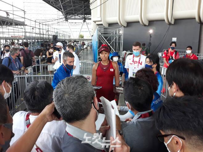 오사카가 25일 도쿄올림픽 여자 단식 1회전을 마친  뒤 취재진과 인터뷰하고 있다. 도쿄=노컷뉴스